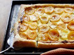 Deze abrikozentaart is een ultieme taart voor feesten en partijen. Het voorbereiden van de taart kost letterlijk vijf minuten, dus ideaal als je weinig tijd hebt.    1. Verwarm de oven voor op 200 ºC. 2.Rol 500 g bladerdeeg...