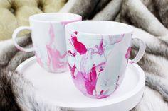 Mit meiner DIY Anleitung lassen sich Tassen ganz leicht spülmaschinenfest mit Nagellack marmorieren. Marmor-Tassen sehen toll aus, probier es selbst aus!