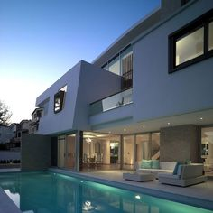 Una Casa Moderna con Original Techo | Arquitectura
