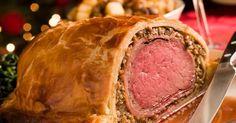 Fabulosa receta para Lomo a la Wellington. Todo un plato elegante para hacer en una ocasión especial o para Navidad. Si no puedes renunciar a la carne ni en Navidad, entonces este opción dejará con la boca abierta a tus comensales. Es un plato con refinamiento que inventaron los ingleses, que se llama Beef Wellington, y que parece bastante complicado, pero no lo es.   Hay muchas variantes, pero un lomo a la Wellington que se precie lleva un buen pate o foie; como dicen los franceses; hongos…