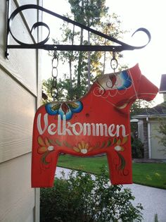 🇸🇪Dala Horse Welcome Sign.Sweden 🇸🇪 But, instead of saying welcome. mine is going to say Hansen. It's a family tradition to have one:) Swedish Style, Swedish House, Swedish Design, Swedish Cottage, Swedish Traditions, Family Traditions, Scandinavian Art, Scandinavian Christmas, Danish Christmas
