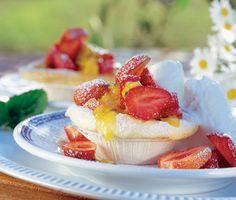 Dessa jordgubbar i maränggrottor är en fantastiskt tilltalande efterrätt byggd på maränger i formar. Med en sås på nektariner, passionsfrukter och florsocker toppar du de saftiga jordgubbarna som gömts i marängen och serverar med glass.