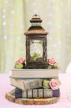 Book Centrepiece Wedding, Vintage Wedding Centerpieces, Lantern Centerpieces, Centerpiece Ideas, Centerpiece Flowers, Vintage Book Centerpiece, Flower Arrangements, Antique Wedding Decorations, Wood Slice Centerpiece