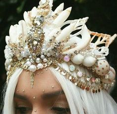 Chelsea Shiels' Mermaid Crowns Have Taken Over The Flower Crown Scene Seashell Crown, Shell Crowns, Mermaid Crown, Mermaid Top, Mermaid Style, Tiaras And Crowns, Headdress, The Little Mermaid, Sea Shells
