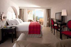 Alcune delle suite come la Monacone e la prestigiosa Penthouse offrono una panoramica affascinante sui Faraglioni e la Collina del Castiglione: dettagli che fanno del Punta Tragara uno dei Boutique Hotel più belli di #Capri. #boutiquehotel #hotel #italia #italy
