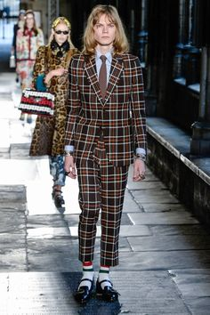 Gucci Cruise 2017 Runway Show - Male Fashion Trends Male Fashion Trends, Fashion Week, Fashion 2017, Fashion Show, Fashion Looks, Tartan Fashion, Gucci Fashion, Runway Fashion, Womens Fashion