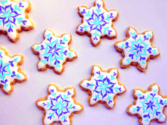 How to decorate using royal icing. Easy beginner Christmas, Winter, or Frozen cookie decorating tutorialSnowflake sugar cookies. How to decorate using royal icing. Easy beginner Christmas, Winter, or Frozen cookie decorating tutorial Sugar Cookie Recipe Easy, Sugar Cookie Royal Icing, Easy Sugar Cookies, Icing Recipe, Yummy Cookies, Cookies Cupcake, Frozen Cookies, Holiday Cookies, Cupcakes