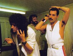 Brian Harold May and Freddie Mercury doing their make-up back stage Queen Photos, Queen Pictures, Rare Pictures, John Deacon, I Am A Queen, Save The Queen, Queen Brian May, El Rock And Roll, King Of Queens