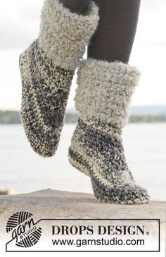 Crochet DROPS slippers in 2 strands Big Fabel or 4 strands Fabel. Size 35 - Free pattern by DROPS Design. Mode Crochet, Knit Or Crochet, Crochet Crafts, Crochet Slipper Boots, Knitted Slippers, Soft Slippers, Slipper Socks, Drops Design, Crochet Accessories