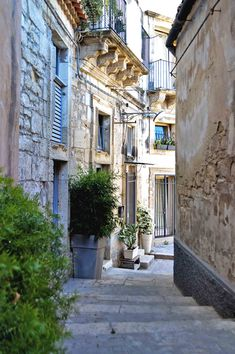 A typical old laneway in Ragusa, Sicily | heneedsfood.com