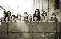 Las Trece Rosas (« les treize roses » en français) un groupe de treize jeunes filles, fusillées le 5 août 1939 par le régime franquiste à Madrid. Suite à la fin de la guerre d'Espagne, qui s'achève le 1er avril de la même année, et à l'entrée des troupes nationalistes dans Madrid, une terrible répression s'abat sur les vaincus.