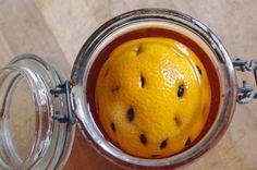 Liqueur de Noël ou liqueur 44 : 1 orange / 75 cl d'alcool de fruits 40° / 22 morceaux de sucre blanc / 22 morceaux de sucre brun / 44 grains de café pur arabica / 1 bocal 3/4 de litre le Parfait / 1 cutter. Laver, essuyer l'orange. Faire au cutter des...