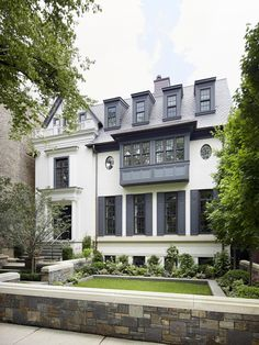 Suzanne Kasler's Home in Atlanta There are few things that I love more than a white brick house. White houses are classic, elegant, and truly timeless. Exterior Paint Combinations, Exterior Paint Colors For House, Paint Colors For Home, House Colors, Color Combinations, White Brick Houses, White Bricks, House Paint Color Combination, Pintura Exterior