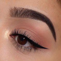 Apply eyeliner - step-by-step instructions - . beauty make-up # make-up - make-up - apply the eyeliner . Gold Glitter Eyeshadow, Gold Eyeliner, Eyeliner Looks, How To Apply Eyeliner, No Eyeliner Makeup, Hooded Eye Makeup, Skin Makeup, Applying Mascara, Gray Eyeshadow