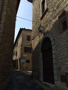 Il Relais immerso nel centro storico di Monte Castello di Vibio..Un labirinto di atmosfera antica, pura, fatta di emozioni vissute a contatto con la natura e i meravigliosi  eventi che la stessa città offre.