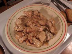 émincé de poulet aux lamelles de navet  à la crème  coupé en lamelle un navet  les  ébouillanté  5mn  eau salée faire revenir ail et persil   jeté les  lamelles après les avoir passées sous l'eau froide   5mn de cuisson   ajouté les  dés de poulet  sel poivre  15 mn de cuisson  couvert  ajouté en dernier la crème  3mn de  cuisson  .. servir   avec  un peu de riz /pdt sauté ou du blé  :)