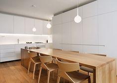 weiße Einbauküche Holzmöbel Pendelleuchten Holzboden