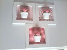 Trio de quadros em MDF com aplicacoes em vaso de ceramica e mini tulipas. Para compor a decoracao do quarto do bebe. A flor pode ser substituida por mini rosa. R$ 100,00: