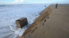 Des plages qui rétrécissent, des falaises qui se morcèlent, des dunes qui reculent :le réchauffement climatique est-il responsable de l'érosion littorale ? Pas encore,répondent les experts qui pointent d'abord l'activité humaine pour expliquer lerenforcement de ce phénomène naturel. Bray Dunes, Station Balnéaire, Poitou Charentes, France 3, Climate Change, Coastal, Geo, Beach, Photographs