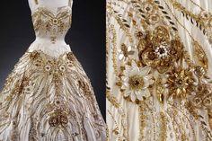 """Fermeture des somptueuses perles d'or et blanc la la robe de soirée Ivoire nommée """"les fleurs des champs de France"""" par hartnell à porter par la reine Elizabeth"""