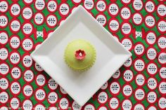 Prinsesstårta é um bolo bastante tradicional da culinária sueca, montado em camadas e que significa Bolo da Princesa. A massa do bolo é tipo pão de ló, tem geleia de morango ou framboesa, creme de baunilha, uma camada bem espessa de chantilly, envolto numa massa verde de marzipã para dar um formato mais arredondado. Por cima é polvilhado açúcar de confeiteiro e decorado com uma rosa de marzipã vermelha ou similar para dar aquele tchan na decoração.