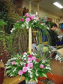 Selecting The Flower Arrangement For Church Weddings – Bridezilla Flowers Unique Flower Arrangements, Funeral Flower Arrangements, Unique Flowers, Floral Centerpieces, Beautiful Flowers, Purple Flowers, Spring Flowers, Altar Flowers, Church Flowers