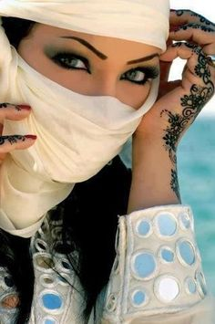 Arabic makeup really pretty ! Pretty Eyes, Beautiful Eyes, Beautiful People, Pretty Hands, Arabian Beauty, Arabian Eyes, Arabic Makeup, Arab Women, Hidden Beauty