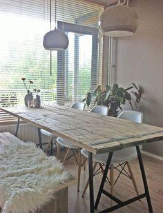 steigerhout tafel met Ikea schragen.