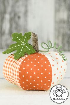 Easy 30 Sewing tutorials projects are offered on our web pages. Take a look and you wont be sorry you did. Table Halloween, Halloween Pumpkins, Halloween Crafts, Sewing Hacks, Sewing Tutorials, Sewing Tips, Fall Crafts, Diy Crafts, Sewing Crafts