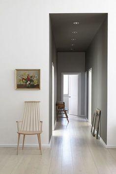 Un couloir tendu de gris poudré