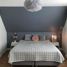 Fantastic wall color bedroom roof slope wonderful colors for with slant … - Home decor scandinavian Cosy Bedroom, Guest Bedroom Decor, Bedroom Wall Colors, Bedroom Loft, Scandi Bedroom, Bedroom Ideas, Slanted Ceiling Bedroom, Slanted Walls, Small Guest Rooms