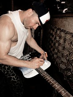 Sam Hunt and his super sexy chest