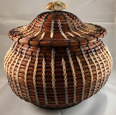 Willow Weaving, Basket Weaving, Weaving Art, Hand Weaving, Pine Needle Crafts, Swedish Weaving Patterns, Bountiful Baskets, Pine Needle Baskets, Olive Oil Bottles