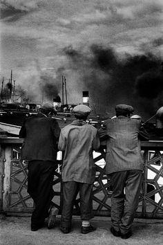 Ara Güler, Eski Galata Köprüsü'nden vapurları seyreden taşralılar, 1956