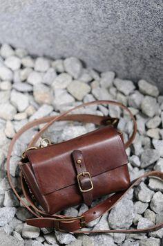 Artemis maroquinerie main cousu en cuir marron foncé, affaire appareil photo numérique/Bag