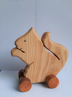 madera de fresno, ruedas cedro. Wooden Toys, Car, Cedar Trees, Squirrels, Wheels, Wood, Wooden Toy Plans, Wood Toys, Automobile
