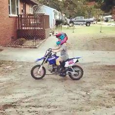Girl Riding Motorcycle, Dirt Bike Racing, Dirt Bike Girl, Motorbike Girl, Motocross Videos, Motocross Girls, Gif Motos, Tmax Yamaha, Gas Powered Bicycle