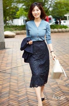 【bo-te】スッキリとしたIラインが媚びない女らしさを表現。バラエティに富んだ素材合わせで、コンサバスタイルに抜け感を|トップをVカーデにするだけで、最旬スタイルにアップデート Cute Fashion, Skirt Fashion, Fashion Outfits, Office Fashion, Business Fashion, Business Wear, Mature Women Fashion, Womens Fashion, Professional Wear