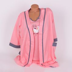 Халат и нощница за кърмене, чудесен комплект за всяка бъдеща майка, изработени от фин памук в розов цвят, красиво декорирани с кантове в сиво на бели точици. Халатът e дълъг до коленете, ръкавите са три-четвърти, отстрани е с джобове и сив колан за удобство. Нощницата е в розово и сладка апликация по средата