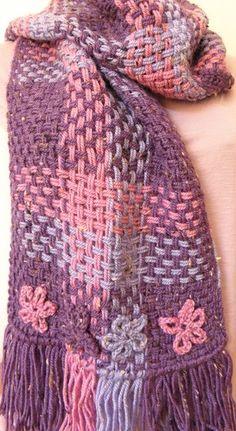 Cachecol feito em tear de pregos, com aplicações de flores de crochê. R$40,00
