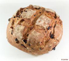 Zuurdesembrood met rozijnen, cranberries, hazelnoten, pecannoten en koekkruiden by Levine1957, via Flickr ook laatst gemaakt. erg lekker….