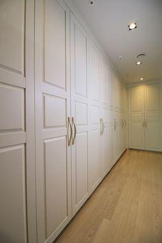 송도 캠퍼스타운 롯데캐슬: Design Mind Mirae의  드레스 룸 Walk In Closet, Divider, Room, Furniture, Home Decor, Bedroom, Decoration Home, Room Decor, Walk In Wardrobe Design