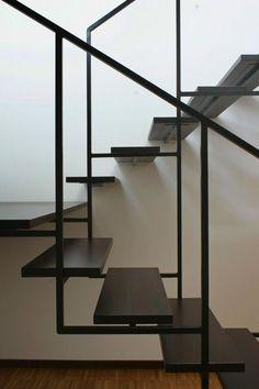 Escadas de ferro inspiradoras.                                                                                                                                                                                 Mais