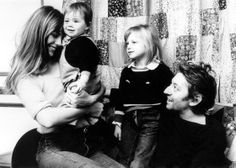 Jane Birkin, Serge Gainsbourg, Kate Barry et Charlotte Gainsbourg en décembre 1972.