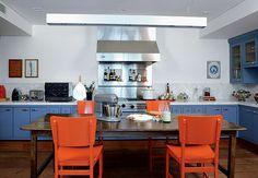 No projeto da arquiteta Gabriela Marques, a madeira de demolição no piso e as cores alegres dos móveis reforçam a ideia de que a cozinha gourmet é um espaço para receber