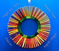 How Turn a Frisbee into a Clothes Pin Wreath--Fast! Clothespin Cross, Clothes Pin Wreath, Neighbor Gifts, Christmas Balls, Craft Gifts, Holiday Crafts, Projects To Try, Fun, Clothespins