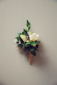 how to create your own diy boutonniere Wedding Blog, Diy Wedding, Wedding Flowers, Gatsby Wedding, Wedding Ideas, Simple Flowers, May Flowers, Diy Boutonniere, Flowers