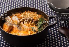 鮭の西京漬けのチゲ鍋のレシピ。西京漬けに付いている味噌を有効利用。調味料の一つとして使えば、いつもの鍋がより深い味わいに。シンプルなのに食べ飽きない、ワンランク上のチゲ鍋 Paella, Thai Red Curry, Macaroni And Cheese, Ethnic Recipes, Food, Mac And Cheese, Meals, Yemek, Eten