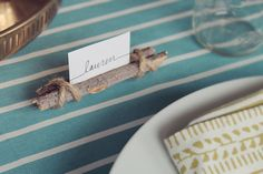 So here's another super easy, quick and hopefully FREE thanksgiving DIY – twig and twine name cards. If you own twine and you can gather some sticks, you're solid. Diy Place Settings, Diy Place Cards, Table Settings, Thanksgiving Name Cards, Thanksgiving Diy, Rustic Place Card Holders, Place Holder, Tree Branch Decor, Tree Branches