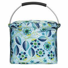 Blue oasis är en härlig och praktisk kylkorg från Sagaform som rymmer alla läckerheter du tar med dig på picknicken.